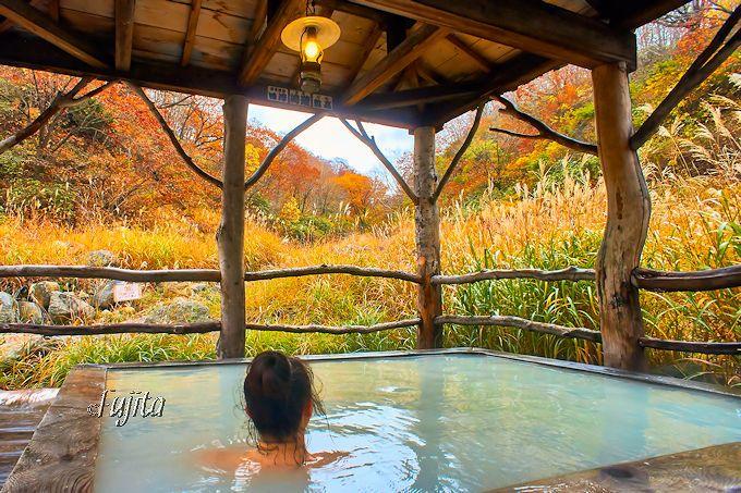 第3位 乳頭温泉郷 黒湯温泉の紅葉露天風呂