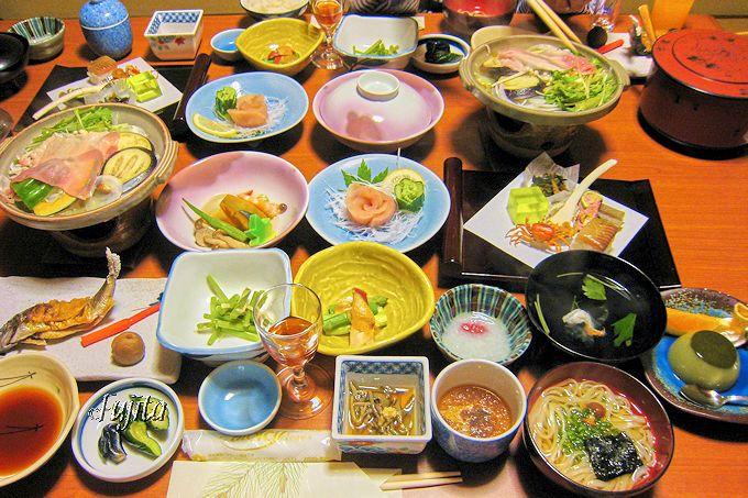 鷹の湯温泉の夕食は、品数豊富で季節感や郷土色も豊か