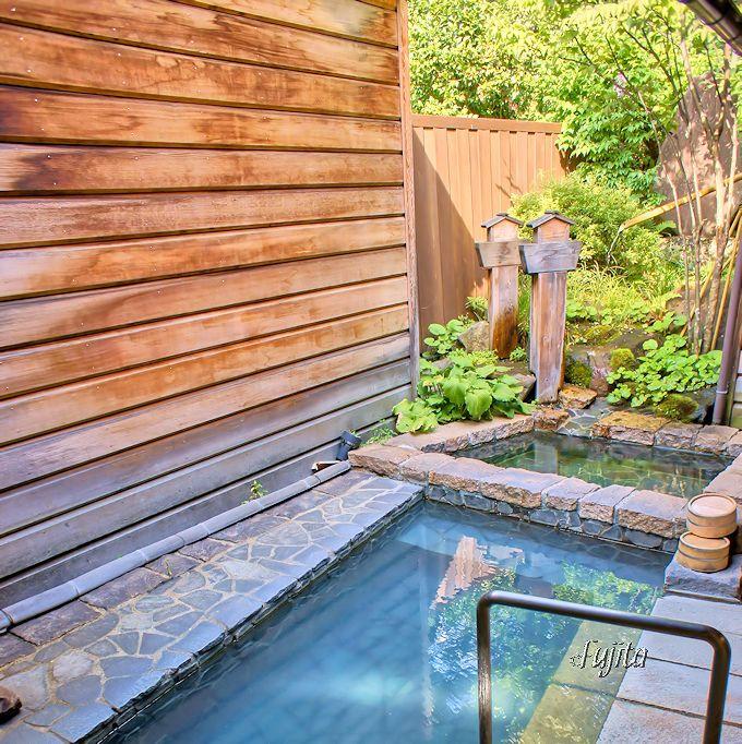 露天風呂は、硫黄分が一層濃厚!