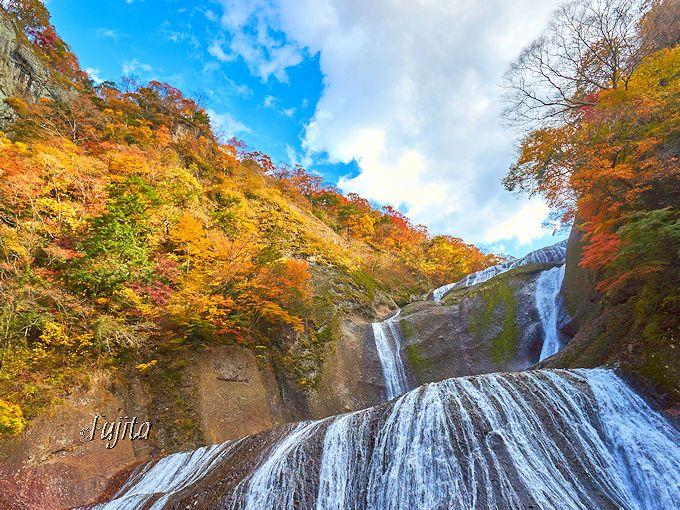 「袋田の滝」の紅葉は、茨城県を代表する秋の絶景