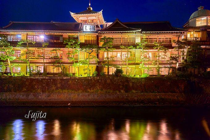 夜桜と東海館のライトアップを同時開催!伊東温泉「松川灯りの小径」