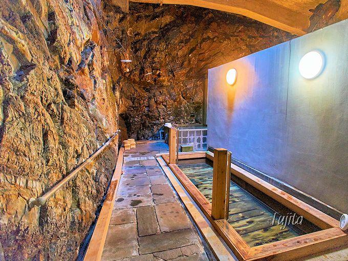 裕貴屋自慢の洞窟風呂は抜群の風格!