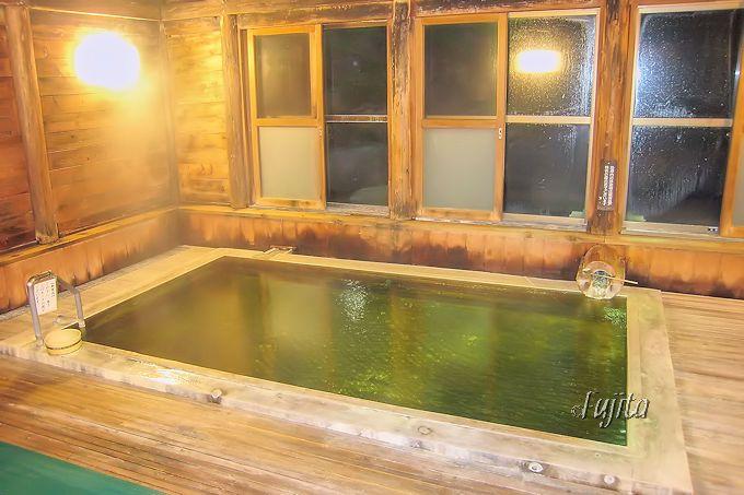 熊の湯ホテルの内湯は、夜の風情が最高!
