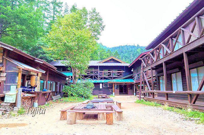 本沢温泉は山中の秘湯にしては大きな宿