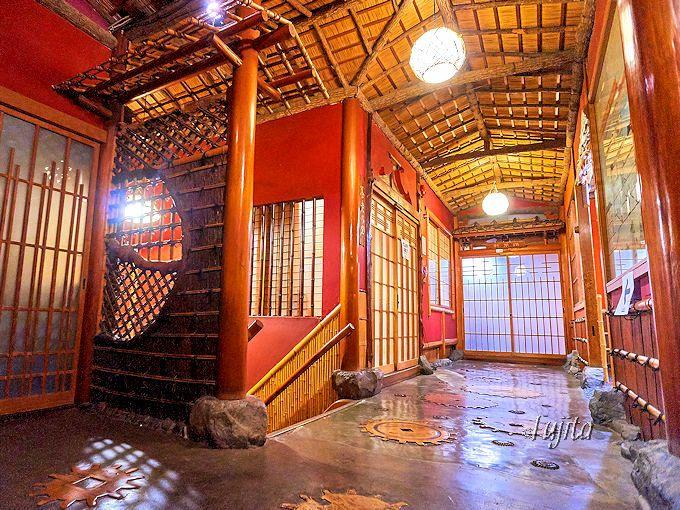 斉月楼の建築は廊下まで素晴らしい!