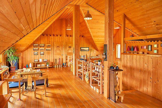 二階は手づくり木製品と木製家具がいっぱい!