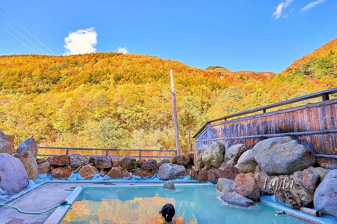 旧館の野天風呂も紅葉が絶景!