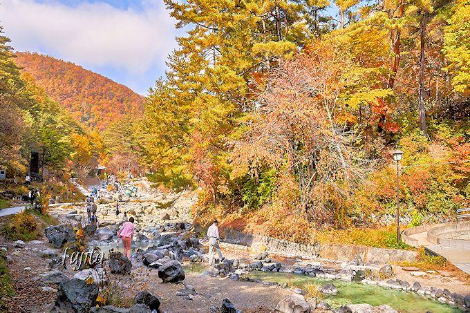 天然足湯で紅葉狩り!草津温泉「西の河原公園」