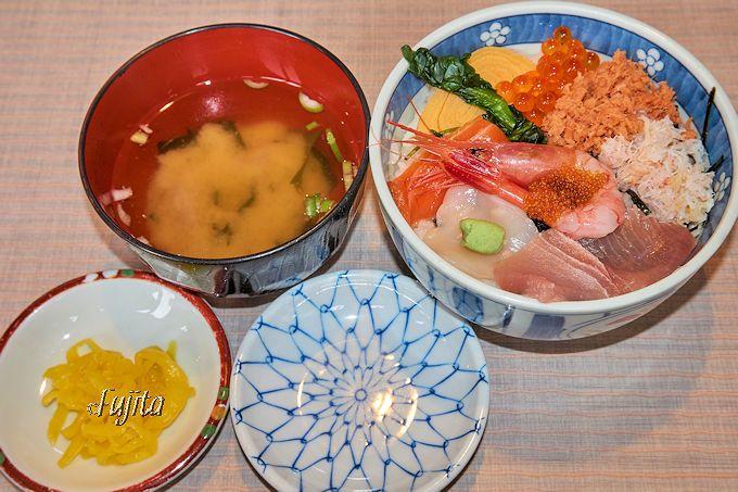 これが駅二市場「朝市食堂二番館」の500円海鮮丼!