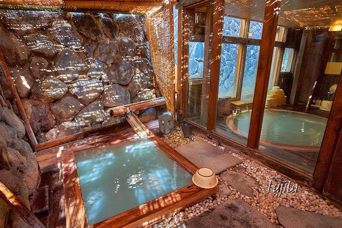 蔵王温泉「おおみや旅館」は浴室背後の石垣が源泉!