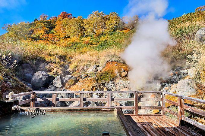 紅葉と湯けむりが彩る露天風呂!