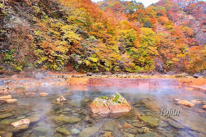 巨大な露天風呂から紅葉狩りを堪能!