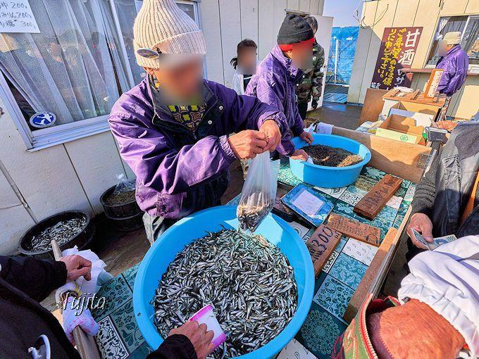 印旛沼周辺の雑魚や農産物の直売所も併設