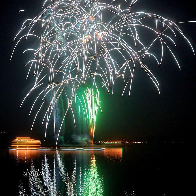 打ち上げ花火と水上花火が美しい!