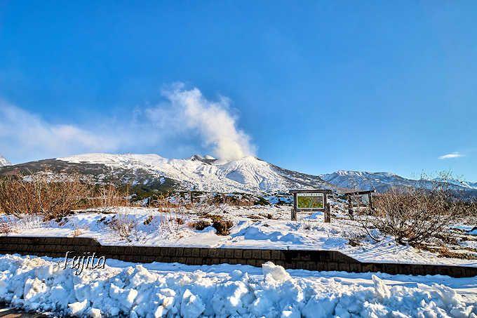 カラマツの紅葉時期には初雪も楽しめる!
