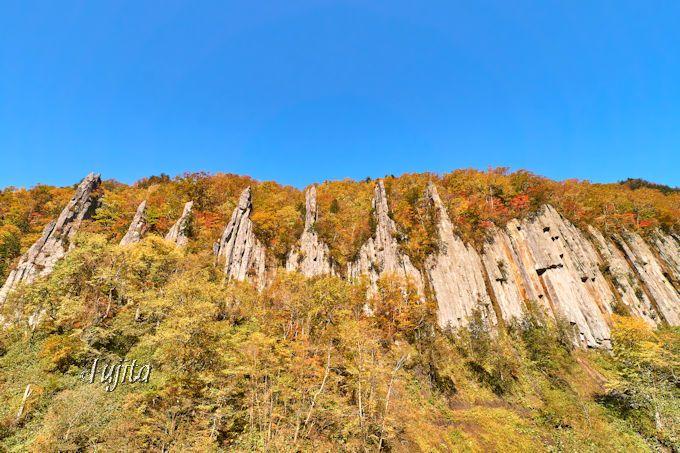 北海道・天人峡温泉で紅葉狩り!無料の足湯から渓谷の紅葉を一望