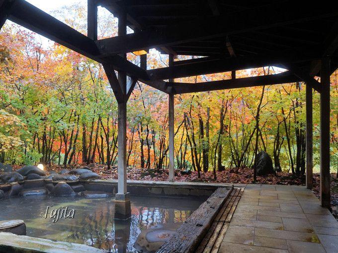 大浴場と足湯でも紅葉を楽しめる!