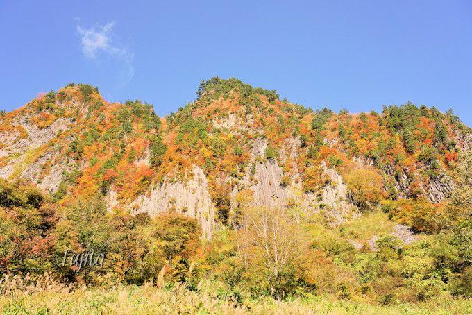 秋山郷の紅葉を代表する名所「布岩」
