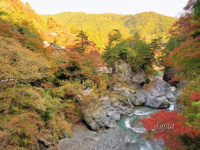 東京の紅葉とは思えない絶景!「鳩ノ巣渓谷」
