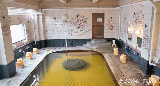 本館の温泉浴場で湯めぐり三昧!