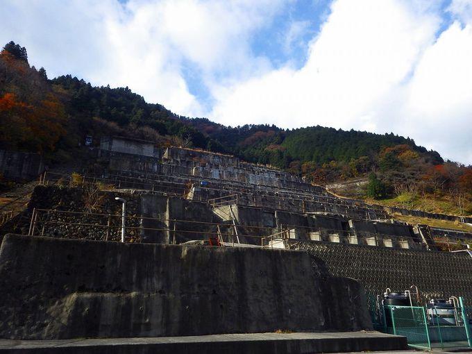 国道脇に突如現れる巨大な廃墟 神子畑選鉱場跡