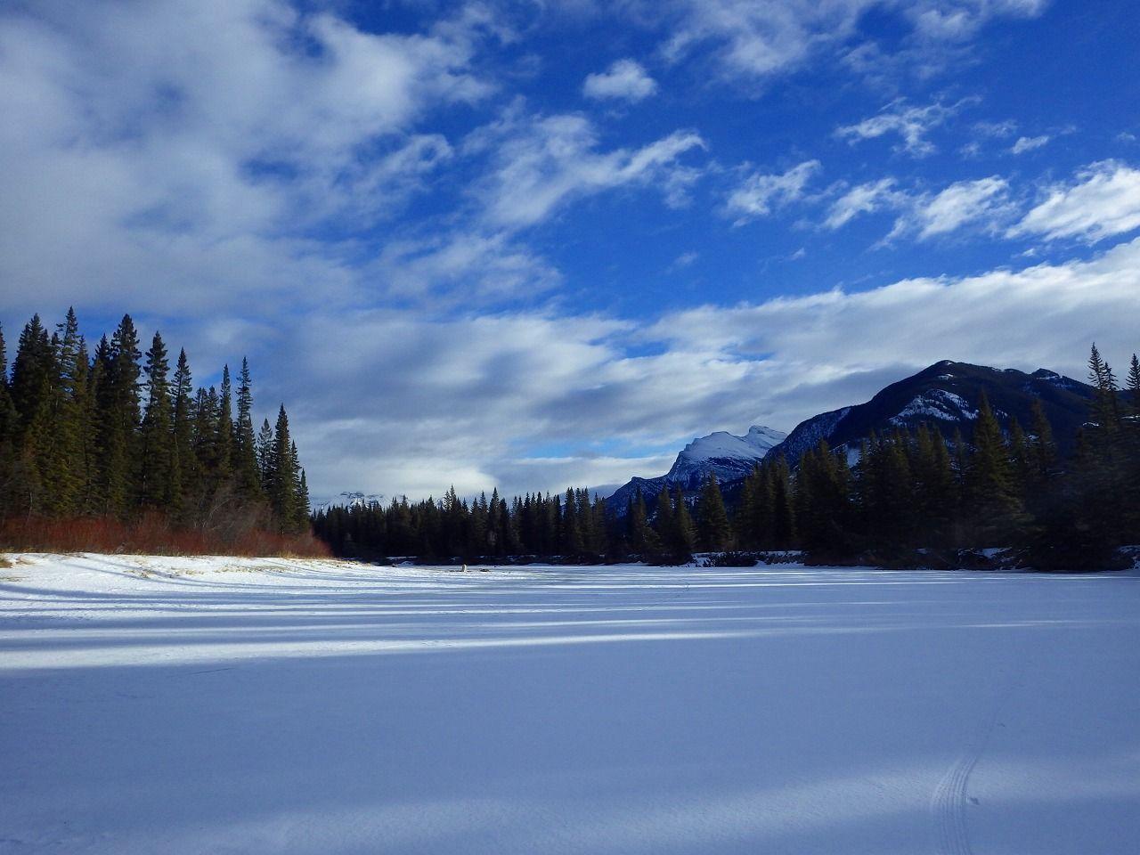 バンフの町の真ん中を流れるボウ川は、冬になれば壮大なトレイルに変身!