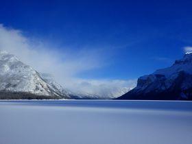 カナディアンロッキーと氷結した湖のコラボに感動!冬のミネワンカ湖の魅力