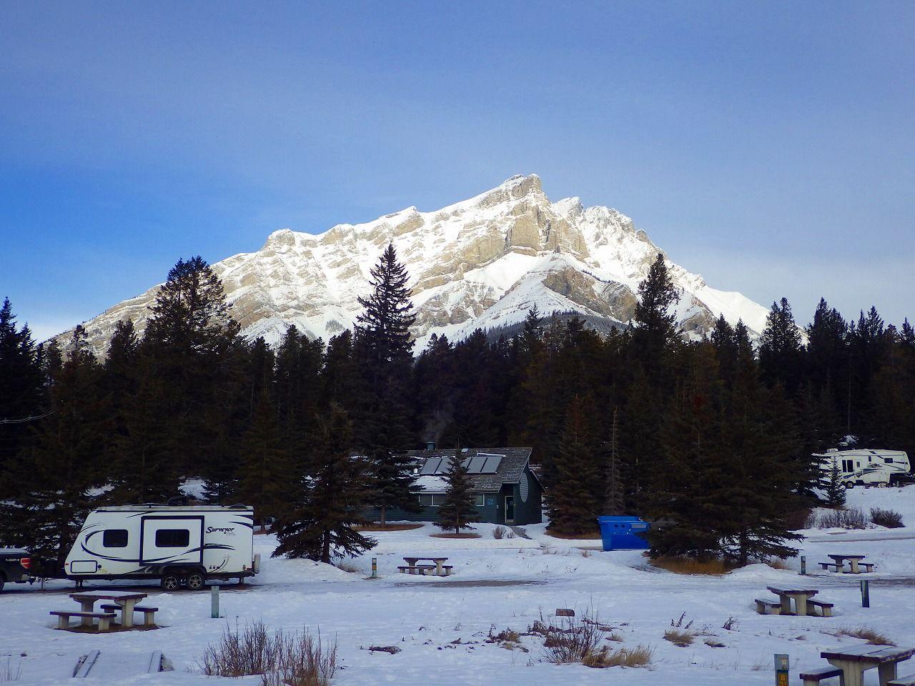 カナダのキャンプ場はここまでやるか!温水シャワーにトイレ、バス停まで完備!