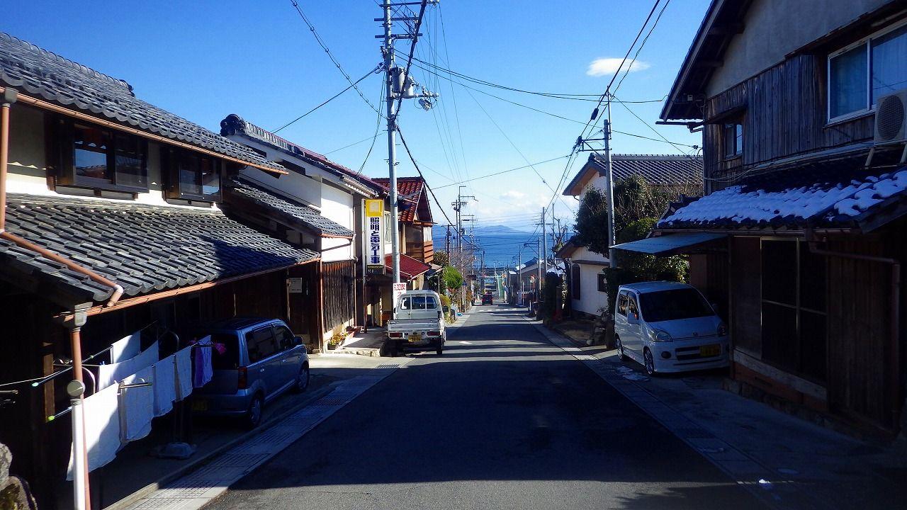 山裾から琵琶湖に向かってのびる木戸の古い町並みに、ほっ、と一息