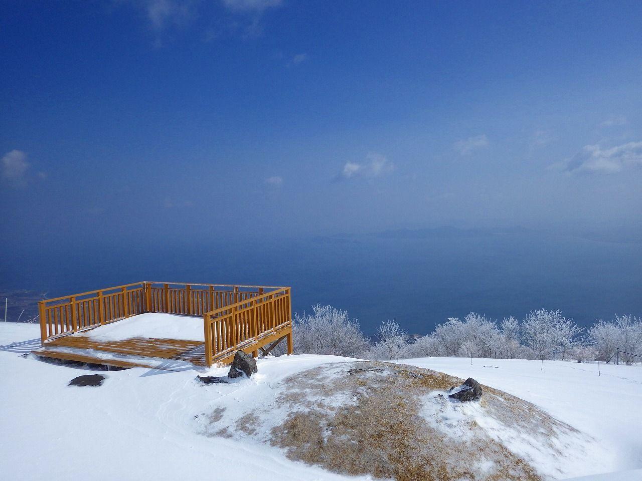 日本最大の湖、琵琶湖をバックに純白の雪景色