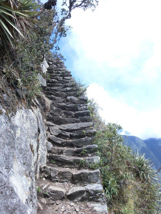 細い階段を登ってさらなる天空へ!