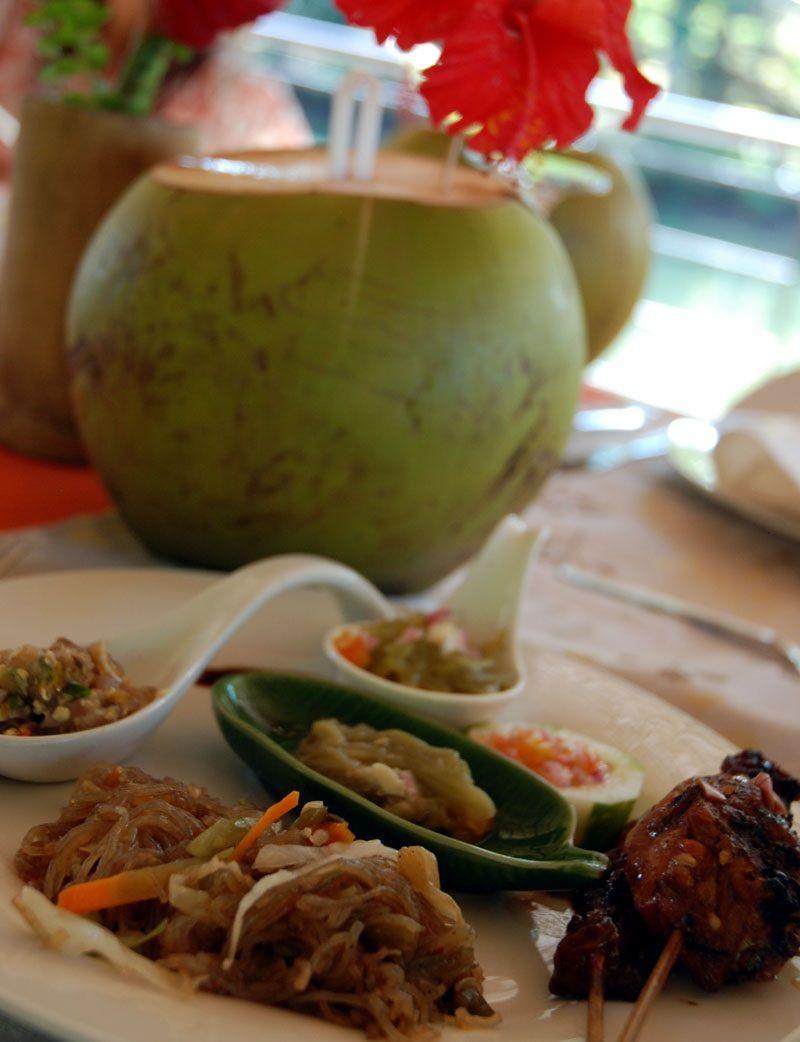 船の上で、定番のフィリピン料理を堪能!