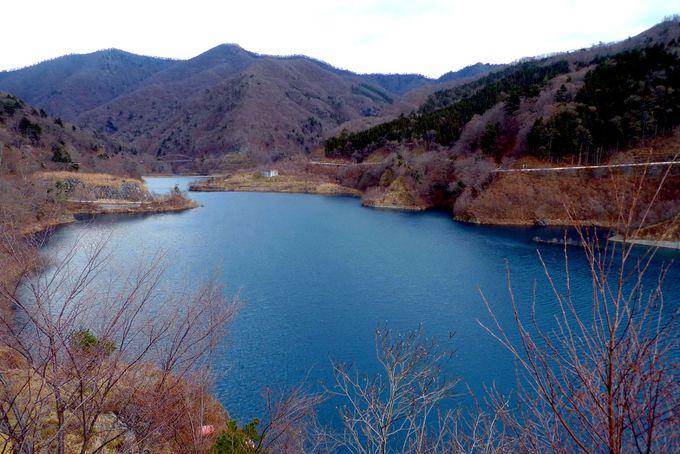 山中にぽつんと浮かぶ、コバルトブルーの湖とは!?
