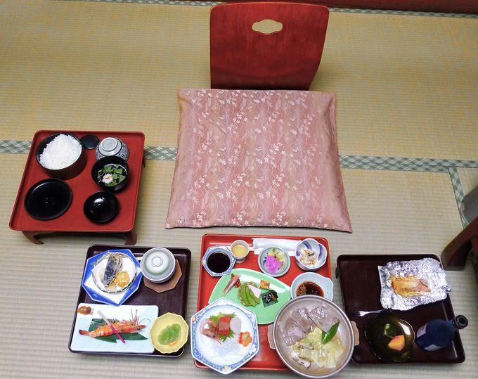 """地元食材満載の食事は、昔ながらの""""お膳""""で!"""