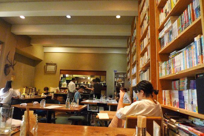 店内には2万冊の本がずらり!