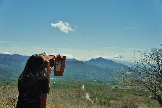 美し森でプチ森林浴を楽しみながら、展望台へ。富士を臨む絶景に息を呑む。