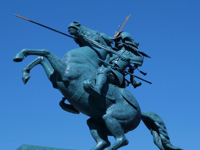 ナポレオンの絵画を彷彿とさせる「最上義光騎馬像」