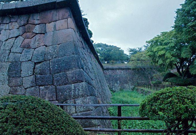 あらゆる攻撃にも対処する「石垣」と「水堀」
