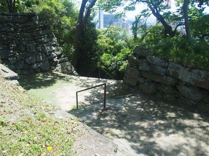 堅固で急峻な山城部分への登城路「西三之丸桝形虎口」