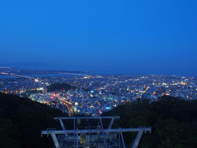市街を眼下に淡路島、紀伊水道まで