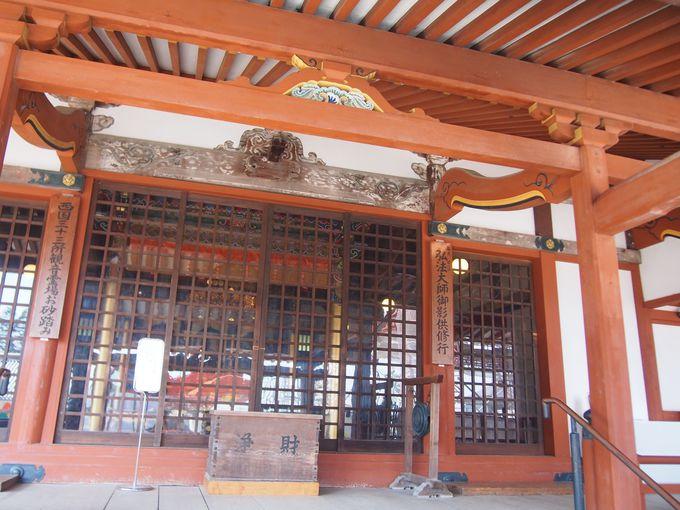 本堂を見下ろす弘法大師さまのお堂「大師堂」