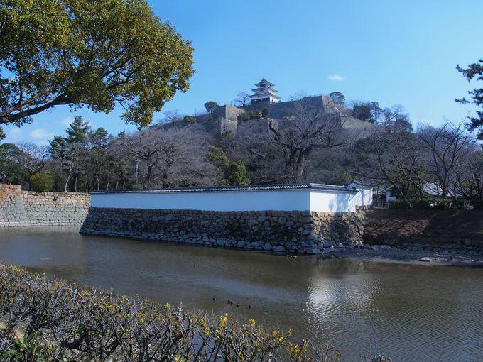 11.立派な石垣にそびえる日本一小さな現存天守「丸亀城」