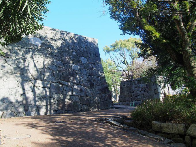 本丸へは、かつての大手登城路「黒門口登城道」で