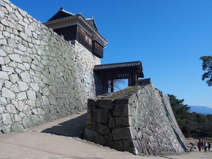 松山城本丸に近い、扉が無くても堅牢な「戸無門」