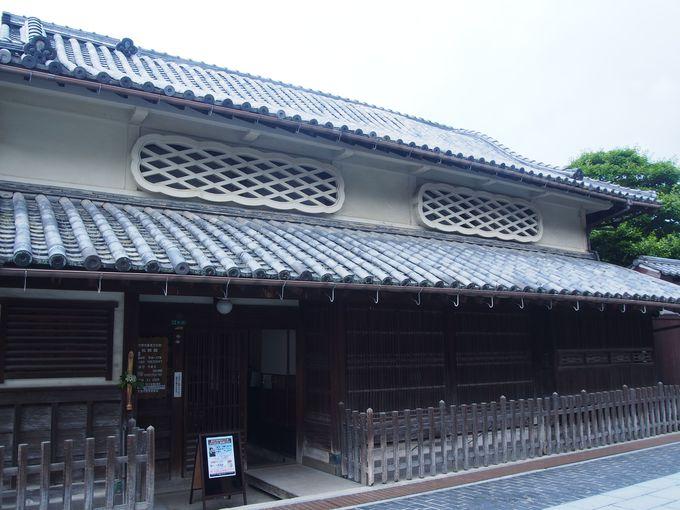 うねる大屋根を持つ「松阪邸」