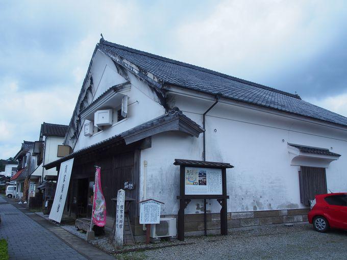 白漆喰の迫力ある建築「商家資料館」