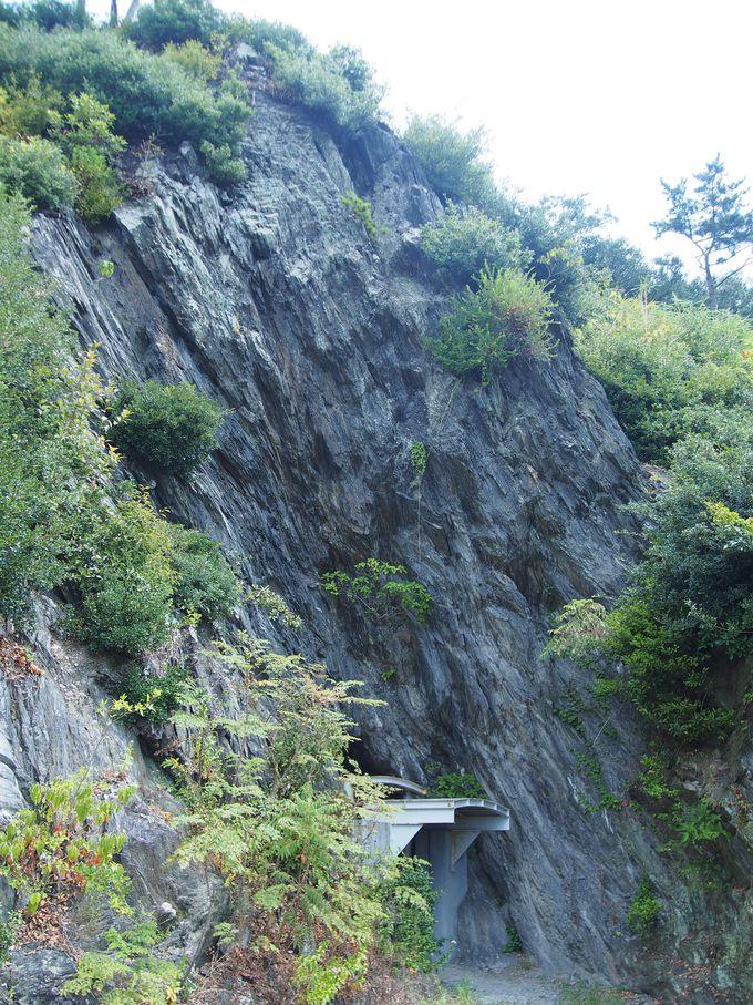 圧巻の青石トンネル