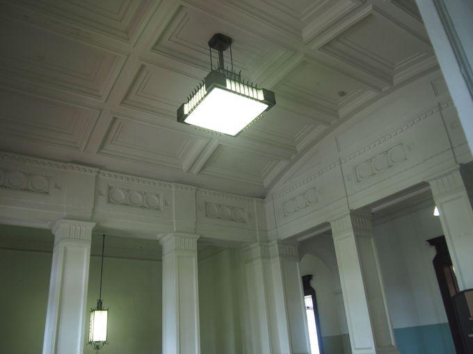 天井のユニークさが際立つ県庁舎の館内
