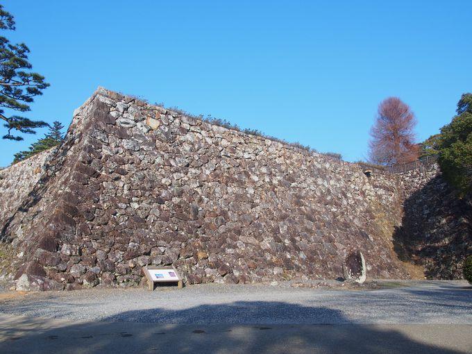 三ノ丸石垣と本丸石垣