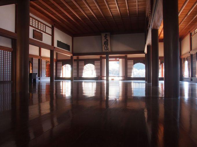 大屋根と火灯窓の壮麗な建築「講堂」